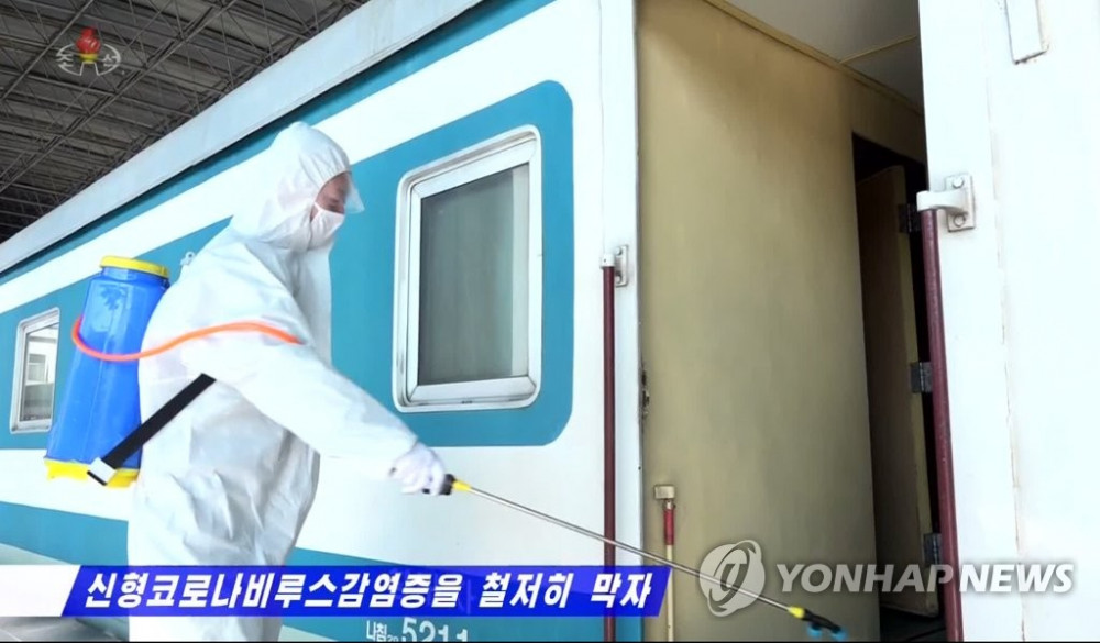 Khử trùng một toa tàu ở Triều Tiên. Ảnh: Yonhap