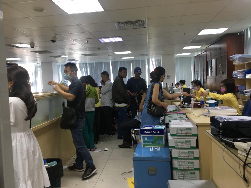 Tại văn phòng lầu hai của công ty SJC, lượng khách mua bán vàng với số tiền trên 300 triệu đồng cũng đông nghịt