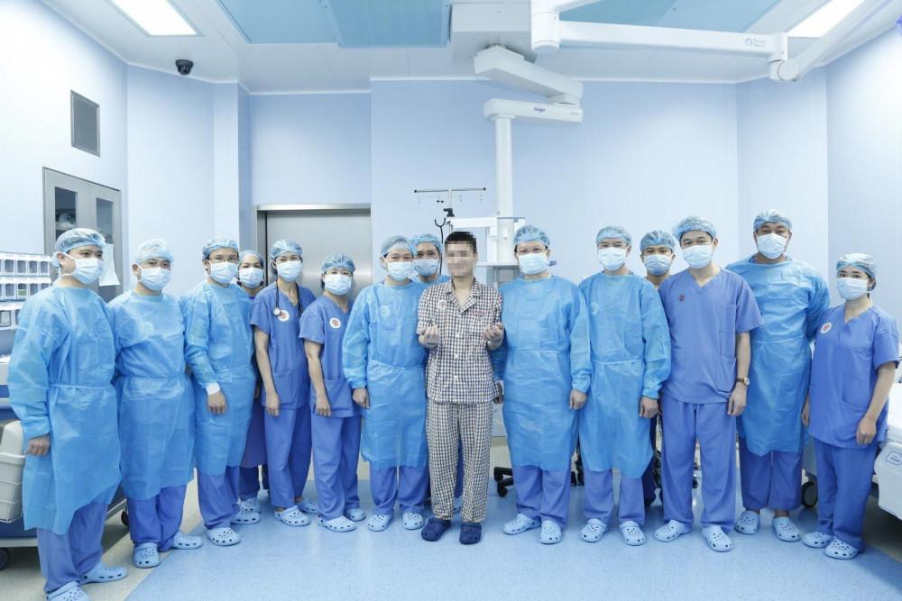 Bệnh nhân chụp cùng Ban Giám đốc Bệnh viện, chỉ huy một số phòng, khoa, ban và các Bác sĩ, Điều dưỡng