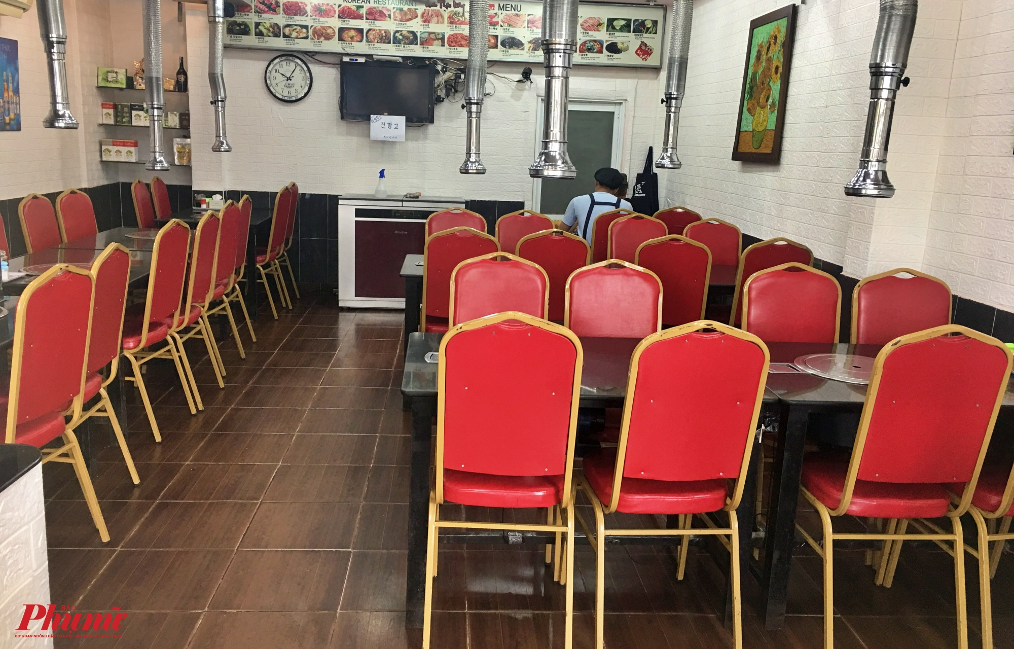 Một nhà hàng BBQ Hàn Quốc trên đường Thăng Long, quận Tân Bình bàn ghế trống trơn vắng vẻ đến lại lùng, một nhân viên cho biết quán phục vụ cho người Việt và người Hàn Quốc là chủ yếu tuy nhiên mấy ngày gần đây cũng lưa thưa một vài khách, COVID-19 khiến lượng khách tới đây sử dụng dịch vụ giảm đi đáng kể. Doanh thu ít nhiều bị ảnh hưởng