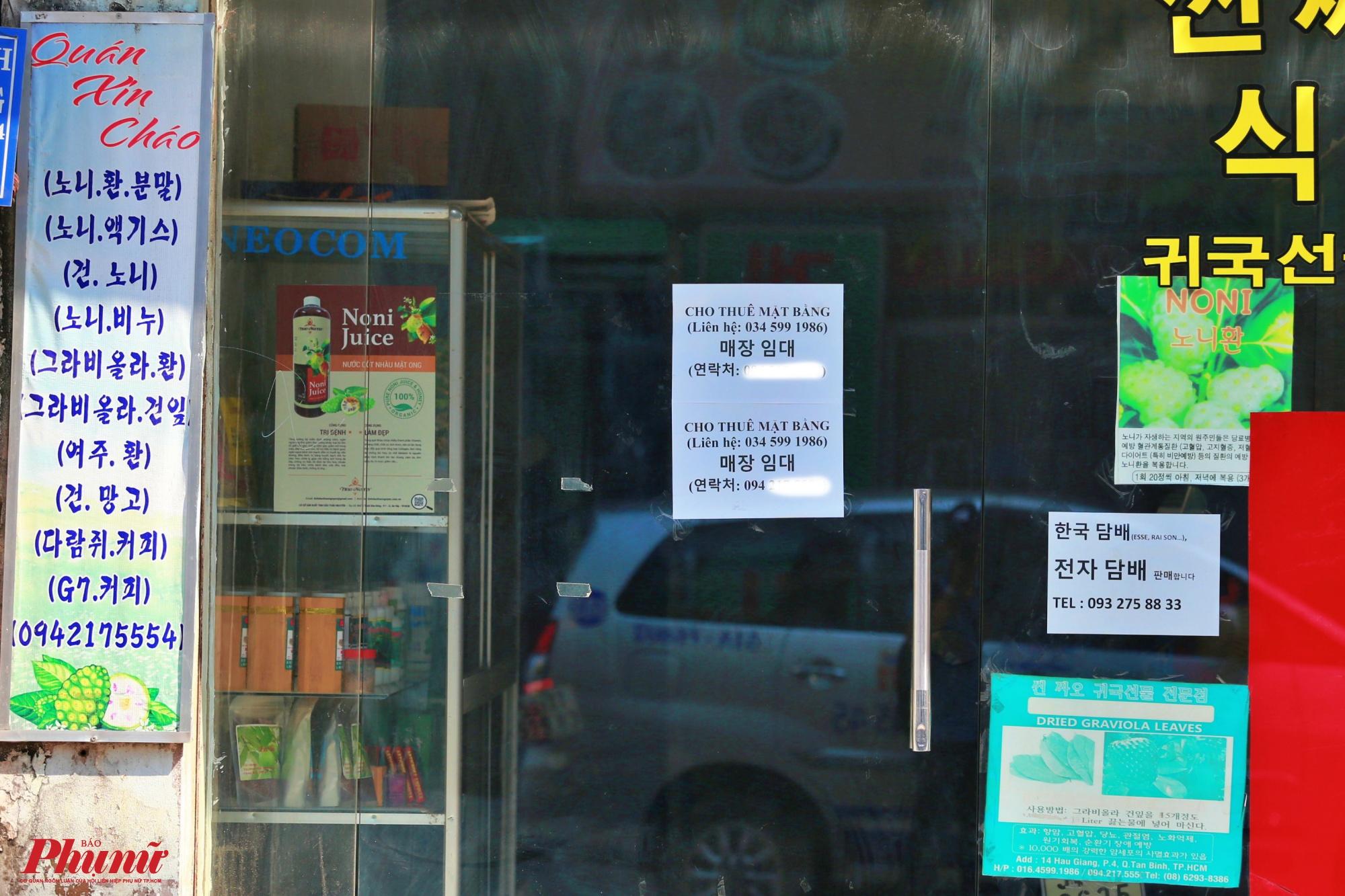 Một cửa hàng chuyên bán đồ Hàn Quốc đã đóng cửa và treo bảng cho thuê mặt bằng vì kinh doanh liên tục thua lỗ
