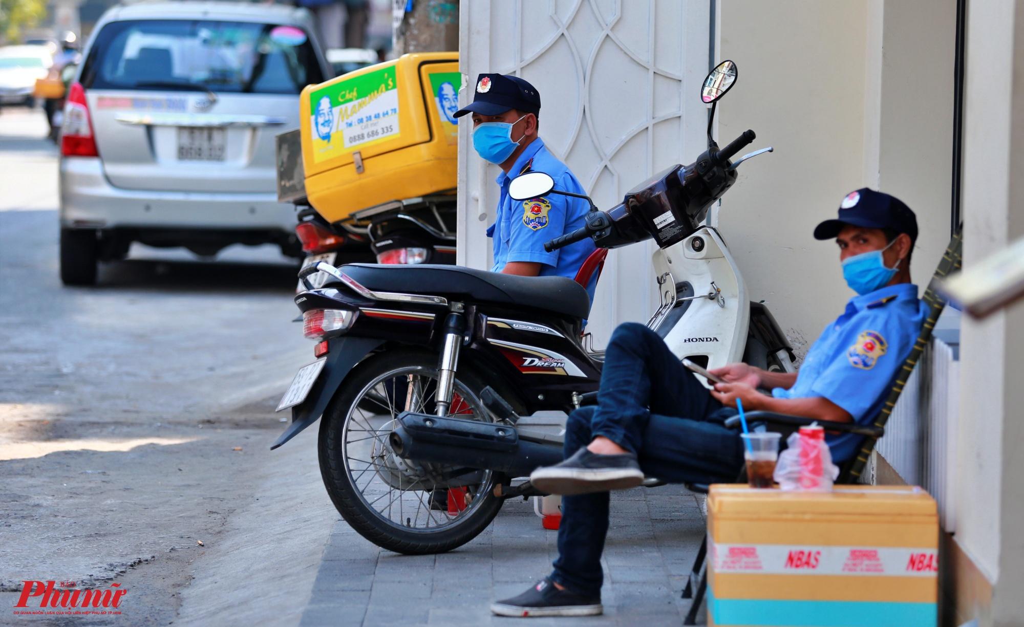 2 nhân viên bảo vệ của một siêu thị mini cũng ngồi buồn bã vì không có khách, họ cho biết từ sau tết đến giờ khu phố Hàn này cũng ít khách mà nay nghe thông tin Hàn Quốc bị lây nhiễm dịch COVID -19 thì các hàng quán ở đây càng vắng vẻ hơn.