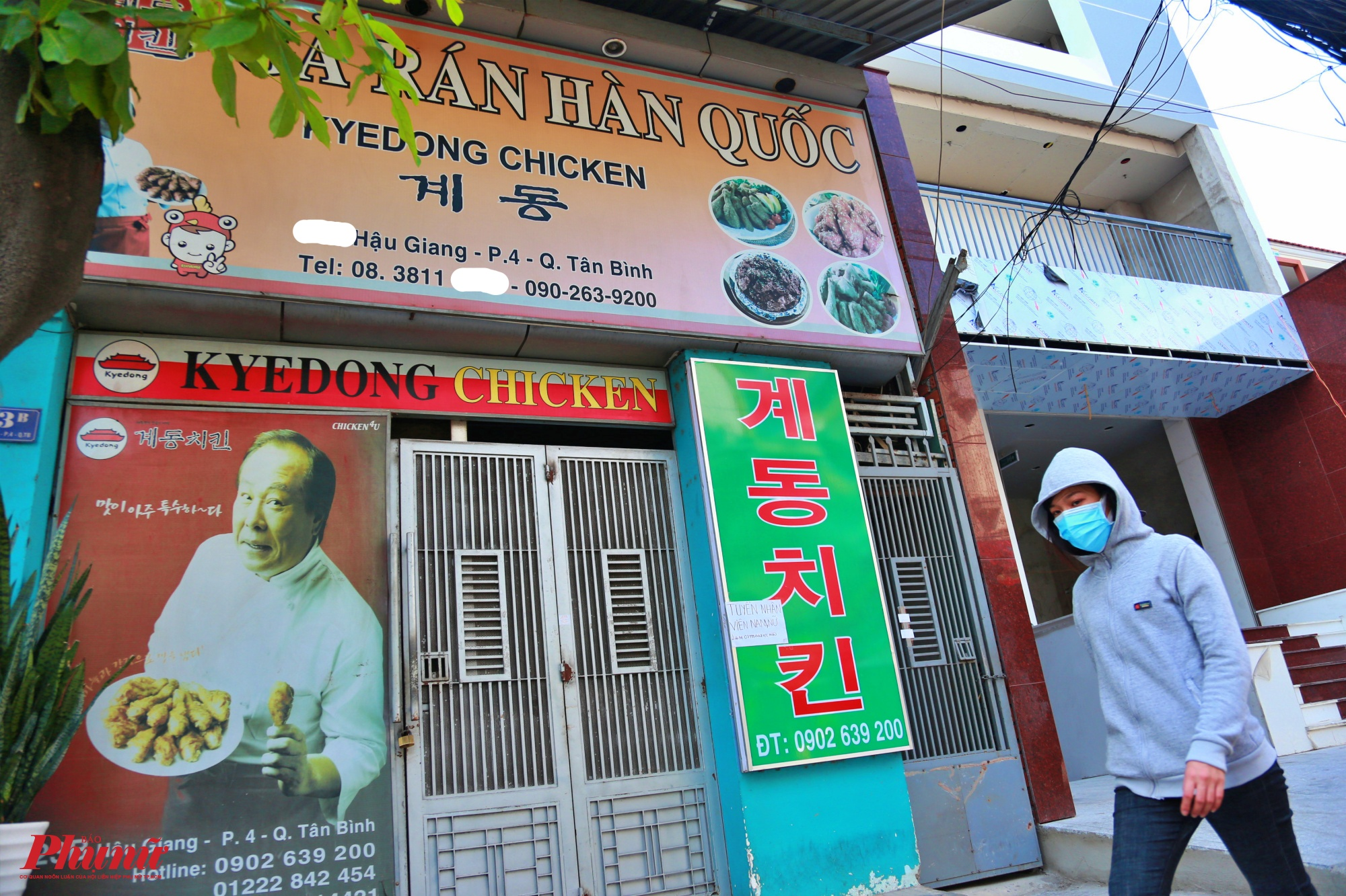Khác với cảnh buổi trưa khác đông đúc, một quán ăn gà rán Hàn Quốc đóng cửa từ 3 ngày nay do ảnh hưởng của dịch COVID 19, nhiều người đi ra đường mang khẩu trang y tế để phòng ngừa dịch bệnh