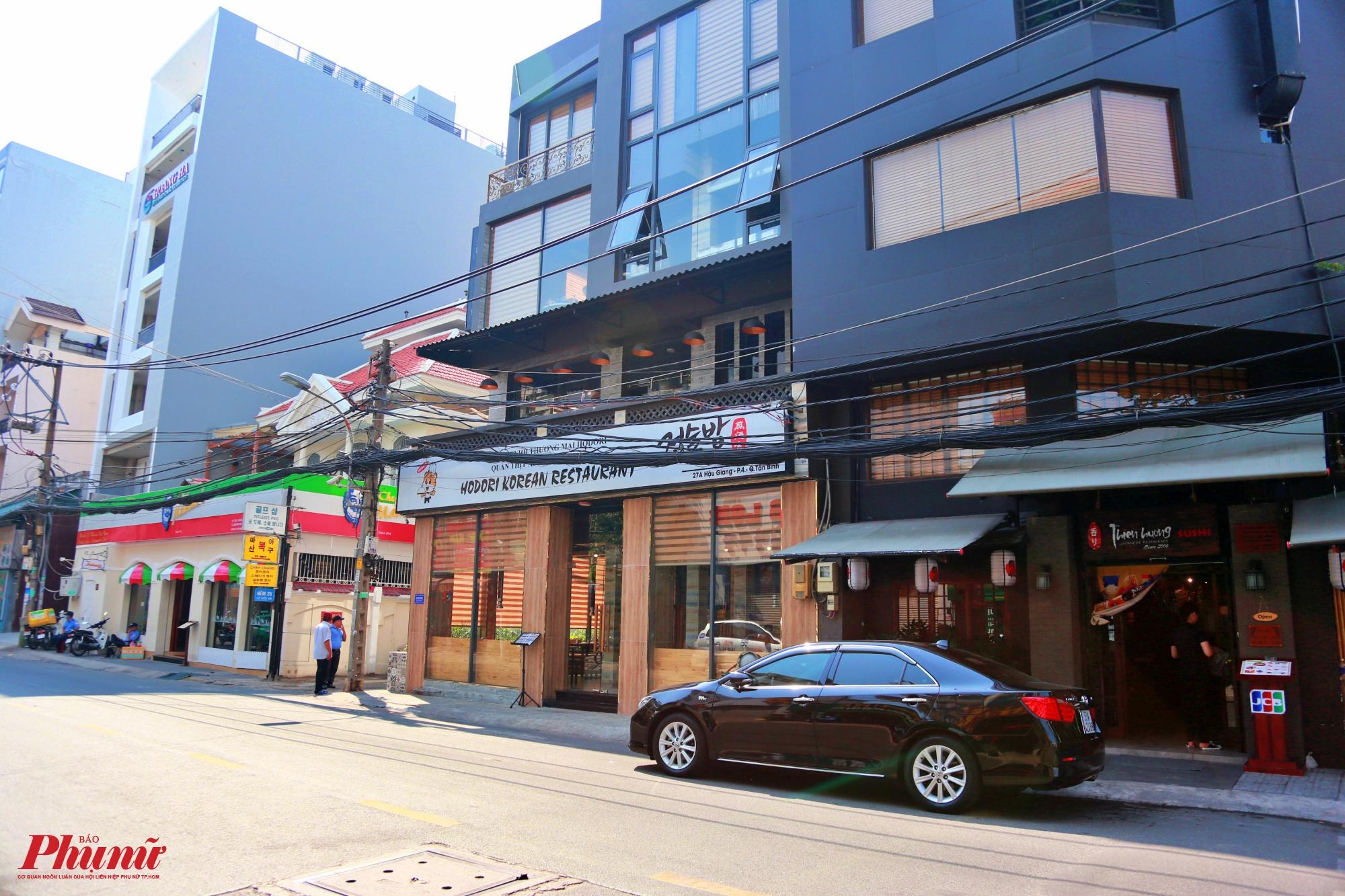 Khu phố Hàn Quốc dài khoảng 500m nằm trên đường Hậu Giang bắt đầu bằng một siêu thị bán đầy đủ các mặt hàng đến từ Hàn Quốc từ mỹ phẩm, thực phẩm đến đồ gia dụng, khác với cảnh đông đúc tấp nập thì nay trở nên vắng vẻ đến lạ thường