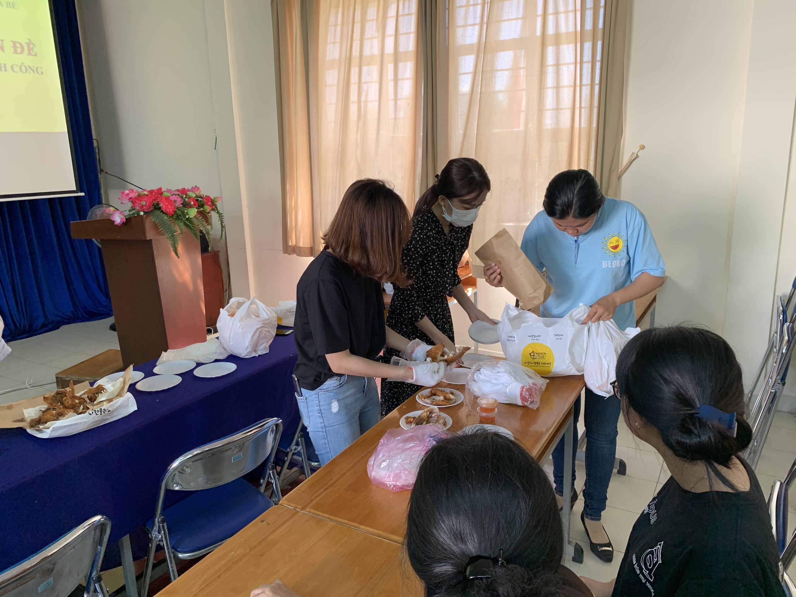 Tại hội nghị, các chị em đã thực hành luôn các công đoạn chế biến món gà rán đúng kỹ thuật, dinh dưỡng , an toàn, vệ sinh