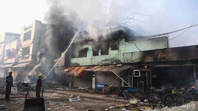Lính cứu hỏa dập tắt một đám cháy do người biểu tình phóng hỏa.