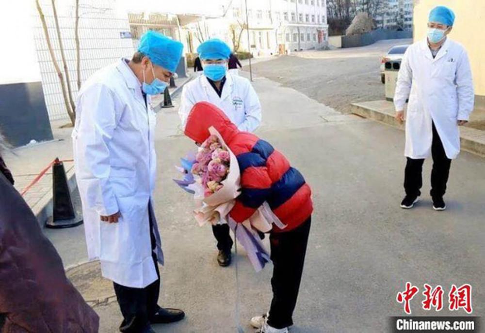 Cậu bé Dương Dương (11 tuổi) cúi gập người để bày tỏ sự biết ơn các bác sĩ bệnh viện thuộc Đại học Y khoa Trường Trị trong ngày xuất viện