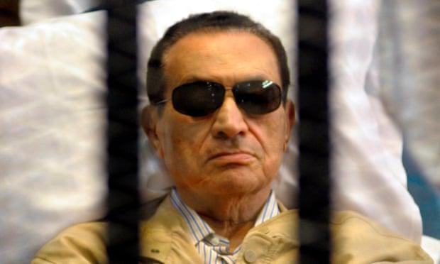 Hình ảnh ông Mubarak với mắt kính râm tham dự một phiên tòa.
