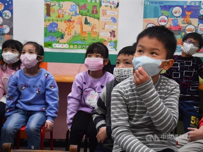 Học sinh Đài Loan đeo khẩu trang phòng dịch COVID-19. Ảnh: CNA