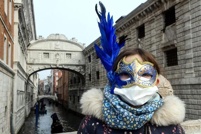 Với mong muốn được hòa mình vào buổi lễ vừa đảm bảo an toàn cho sức khỏe, người dân địa phương buộc phải sử dụng đồng thời hai loại mặt nạ khác nhau khá hài hước. Những hình ảnh sáng tạo này nhanh chóng được lan truyền trên mạng xã hội.