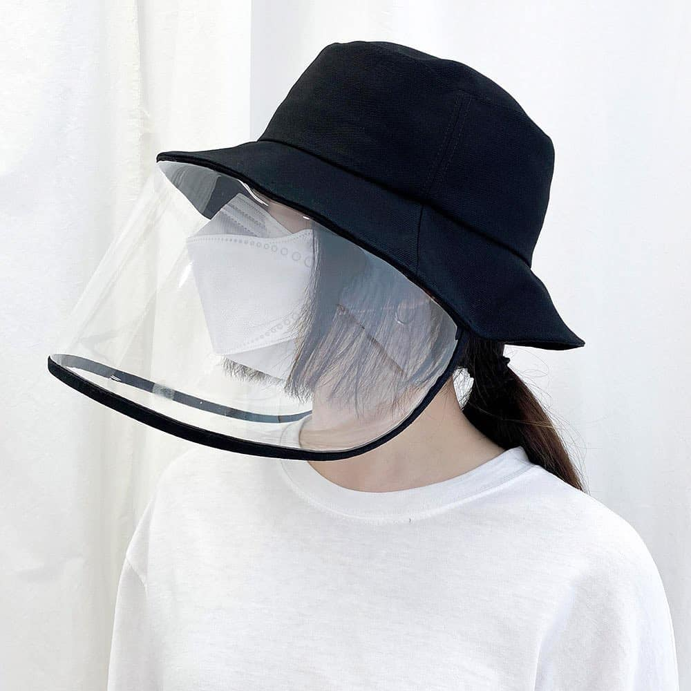 Mũ che kín mặt mùa dịch virus corona đang được giới trẻ Hàn Quốc săn lùng. Phần trước của mũ là tấm kính trong suốt khá dày và rộng, bảo vệ người dùng khỏi bụi bẩn và vi khuẩn. Tuy nhiên đây chỉ là công cụ bảo vệ, người dân vẫn được khuyến cáo sử dụng thêm khẩu trang để đảm bảo an toàn sức khỏe.. Giá thành của mỗi sản phẩm là 16.000 won (khoảng 300.000 đồng).