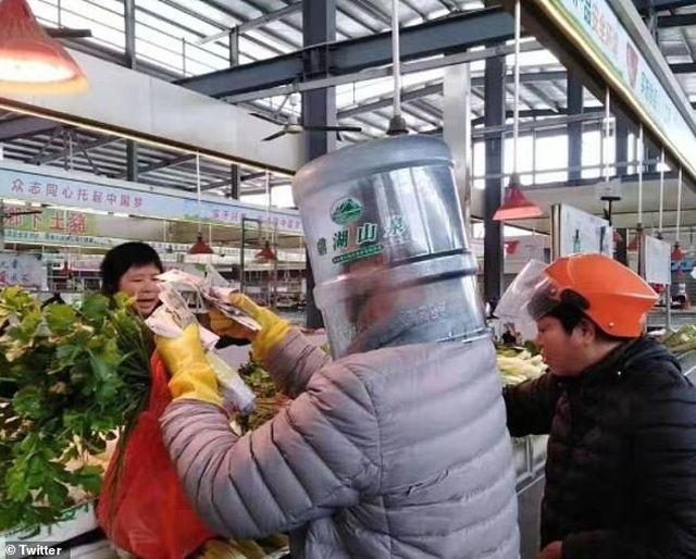 Khổng chỉ sử dụng bình nước 5 lít, nhiều người dân Trung Quốc còn đội bình nhựa 20 lít che chắn mặt mua hàng giữa mùa dịch hoành hành.