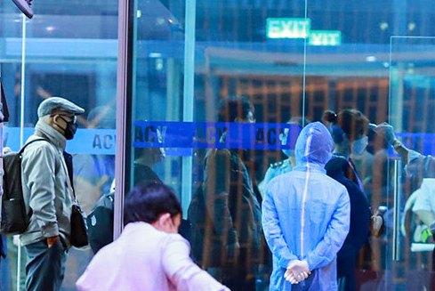 Đoàn khách dừng ở sảnh VIP của của nhà ga để  kiểm tra y tế lần cuối cùng và phun thuốc khử trùng trước lúc lên máy bay về nước