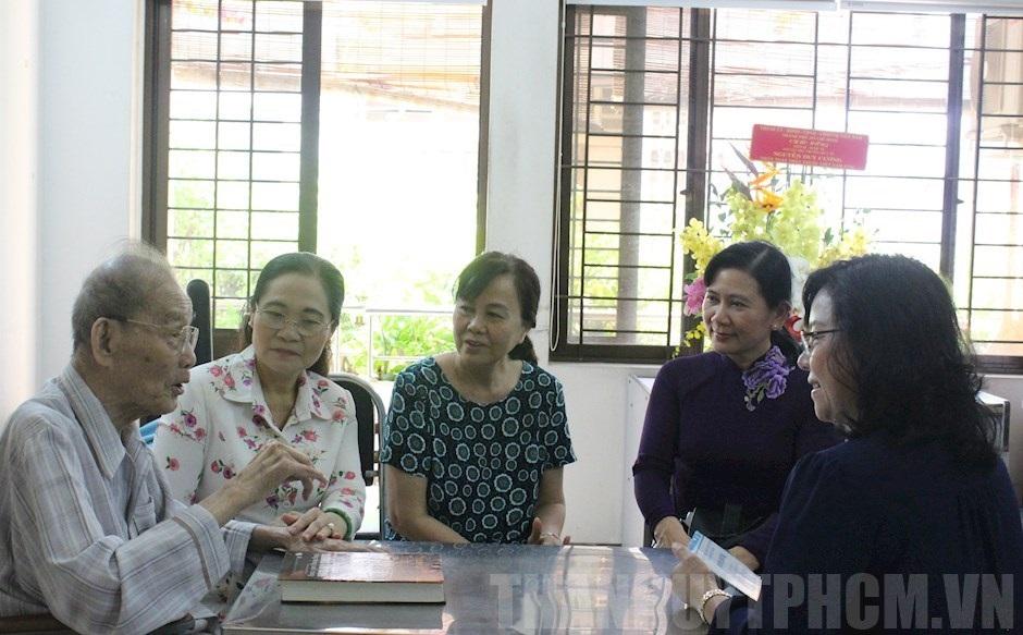 Chủ tịch HĐND TPHCM Nguyễn Thị Lệ và đoàn cán bộ TPHCM đến thăm chúc mừng TS.DS Nguyễn Duy Cương nhân Ngày Thầy thuốc Việt Nam - Ảnh: TU