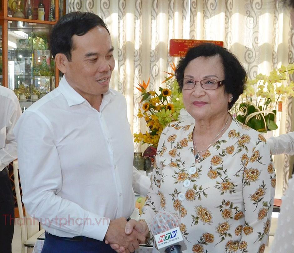 Phó Bí thư Thường trực Thành ủy TPHCM Trần Lưu Quang thăm hỏi nguyên Bộ trưởng Bộ Y tế Trần Thị Trung Chiến