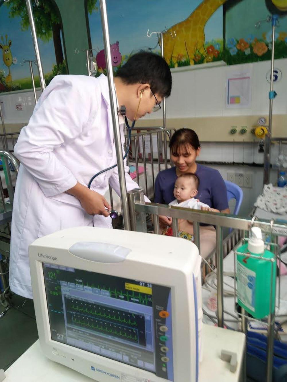 Bệnh nhi nhỏ tuổi nhất, nhẹ ký nhất bị rối loạn nhịp kèm tim bẩm sinh nặng được bác sĩ Bệnh viện Nhi Đồng 1 cứu sống bằng kỹ thuật đốt ổ rối loạn nhịp