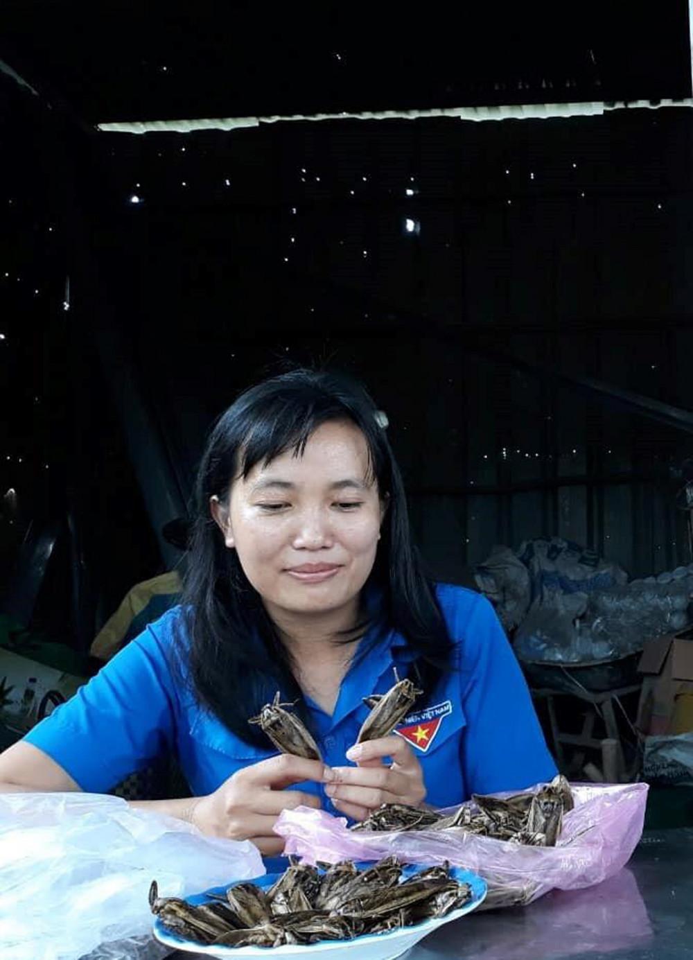 Chị Nguyễn Thị Lan với những con cà cuống của mình