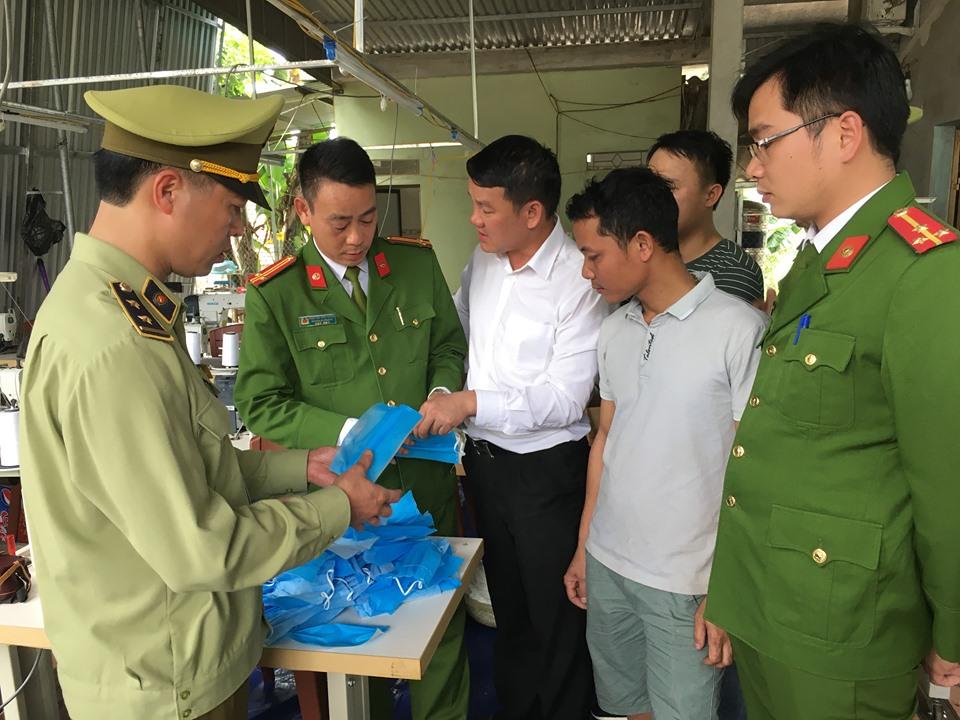 Lực lượng chức năng kiểm tra cơ sở sản xuất khẩu trang kém chất lượng - Ảnh: Đ.Thủy