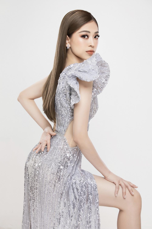 Á hậu 1 Bùi Phương Nga cũng có sự thay đổi rõ rệt theo hướng tích cực. Màu tóc nâu hạt dẻ mang đến cho cô vẻ ngoài trông cá tính hơn.