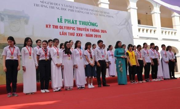 Học sinh nhận giải thưởng tại cuộc thi Olympic truyền thống 30-4 năm 2019