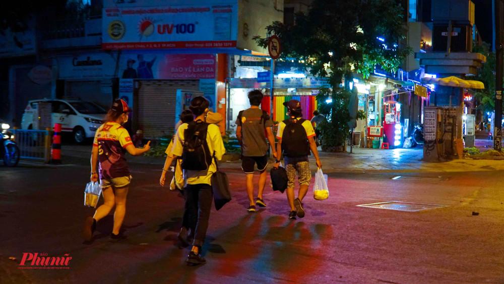 Nhóm bạn trẻ và hành trình đi bộ xuyên đêm trao quà đến tay người vô gia cư