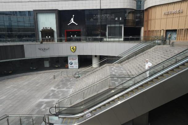Một trung tâm thương mại vắng lặng tãi thành phố Vũ Hán hôm 25/2. (Ảnh: Reuters)