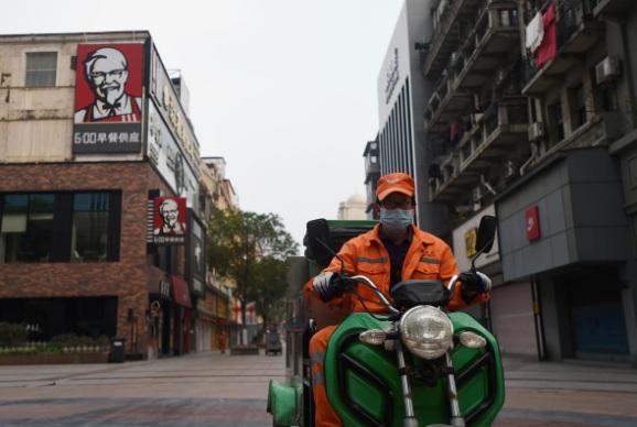 Nhân viên vệ sinh tại Vũ Hán dường như là những người giao thông duy nhất trên nhiều tuyến đường. (Ảnh: Reuters)