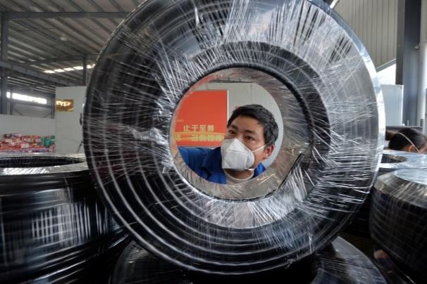 Một công nhân tại tỉnh Quý Châu, Trung Quốc đeo khẩu trang làm việc hôm 25/2. (Ảnh: Reuters)