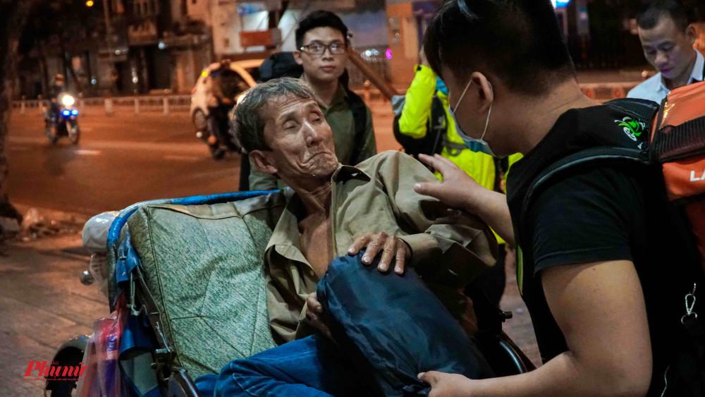 Nhóm bạn trẻ tặng túi ngủ cho một lão ông vô gia cư
