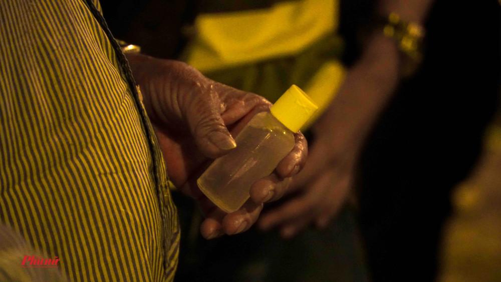 Mỗi người được tặng 1 chai nước rửa tay