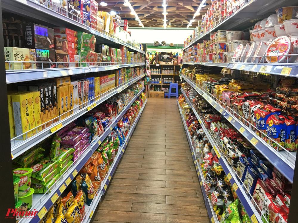 Các kệ hàng trong một siêu thị Hàn Quốc nằm trên đường Nguyễn Văn Linh, quận 7 được chất đầy nhưng không có bóng của một người mua hàng, nhân viên tại đây cho biết mấy hôm nay khách đến mua sắm rất vắng vẻ