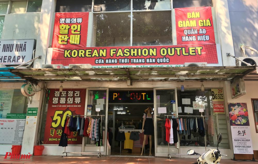 Cửa hàng thời trang Hàn Quốc treo biển giảm giá 50% nhưng vẫn không thu hút được khách