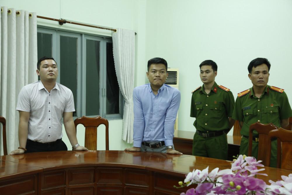 Nguyễn Thanh Hùng (trái) và Hoàng Anh Vui (giữa) nghe đọc lệnh bắt tạm giam