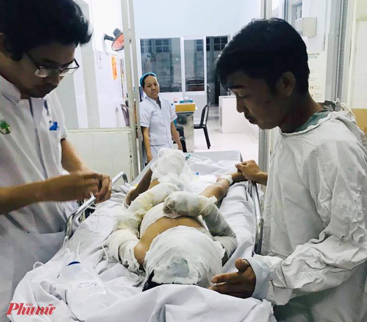 Bé trai N.T.V. đang được điều trị bỏng tại BV Nhi đồng 2. Ảnh: Phạm An