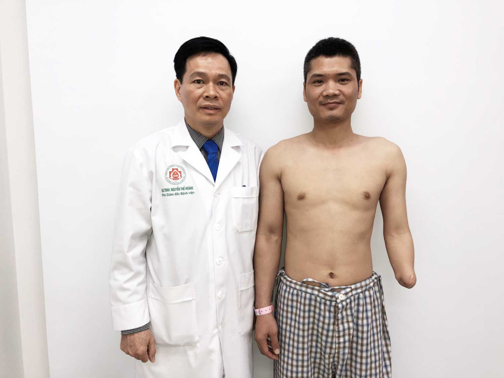GS.TSKH Nguyễn Thế Hoàng, Phó Giám đốc Bệnh viện chụp ảnh cùng a P.V.V trước mổ