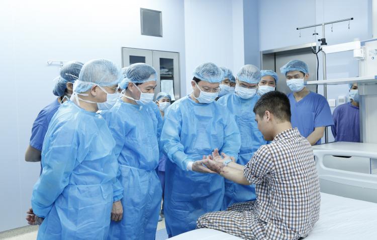 Các bác sĩ kiểm tra lại phần tay sau ghép cho anh Vương