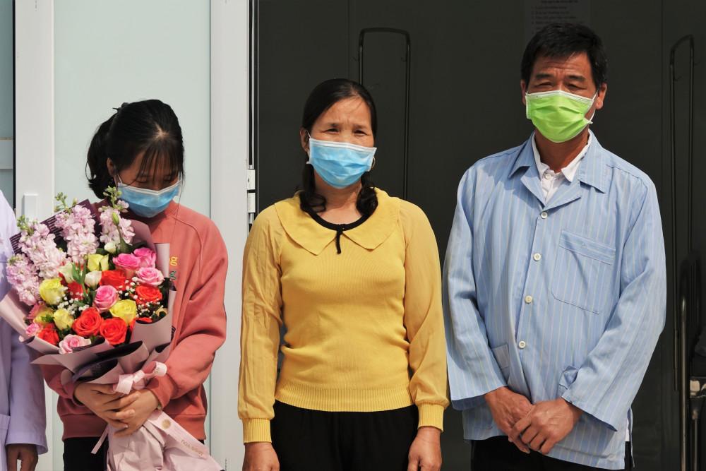 Gia đình ông V. trong buổi tuyên bố khỏi bệnh.