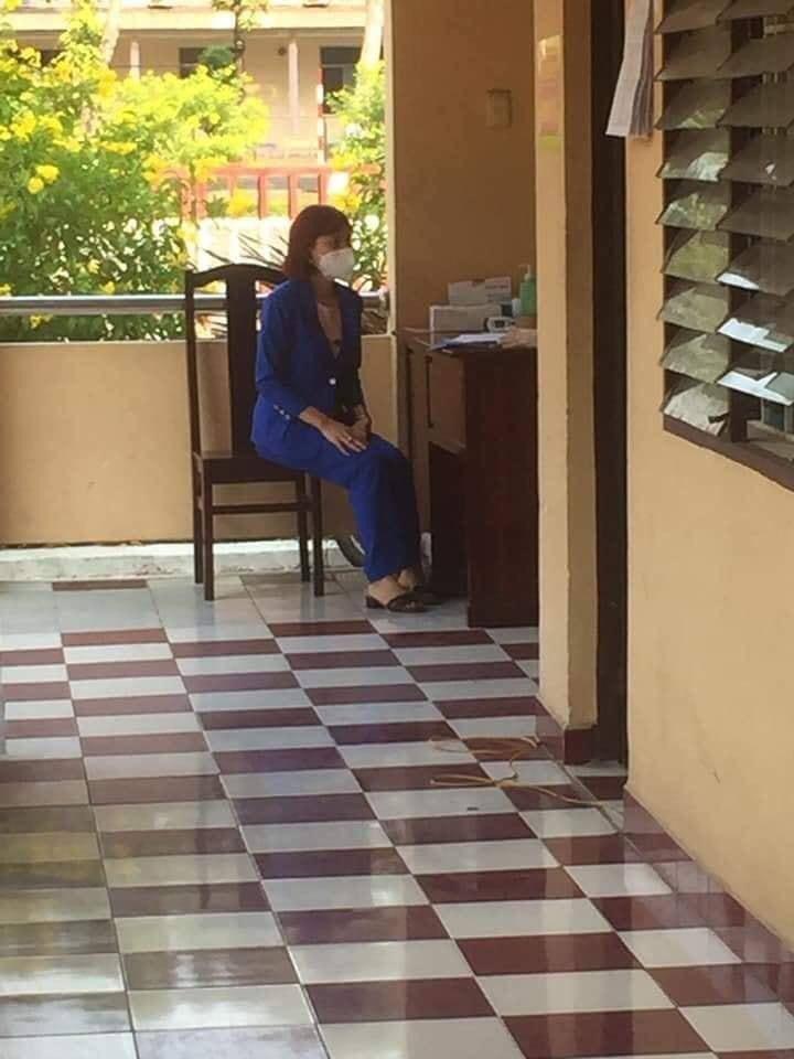 Cô gái ngồi khám trước khi vào khu cách ly