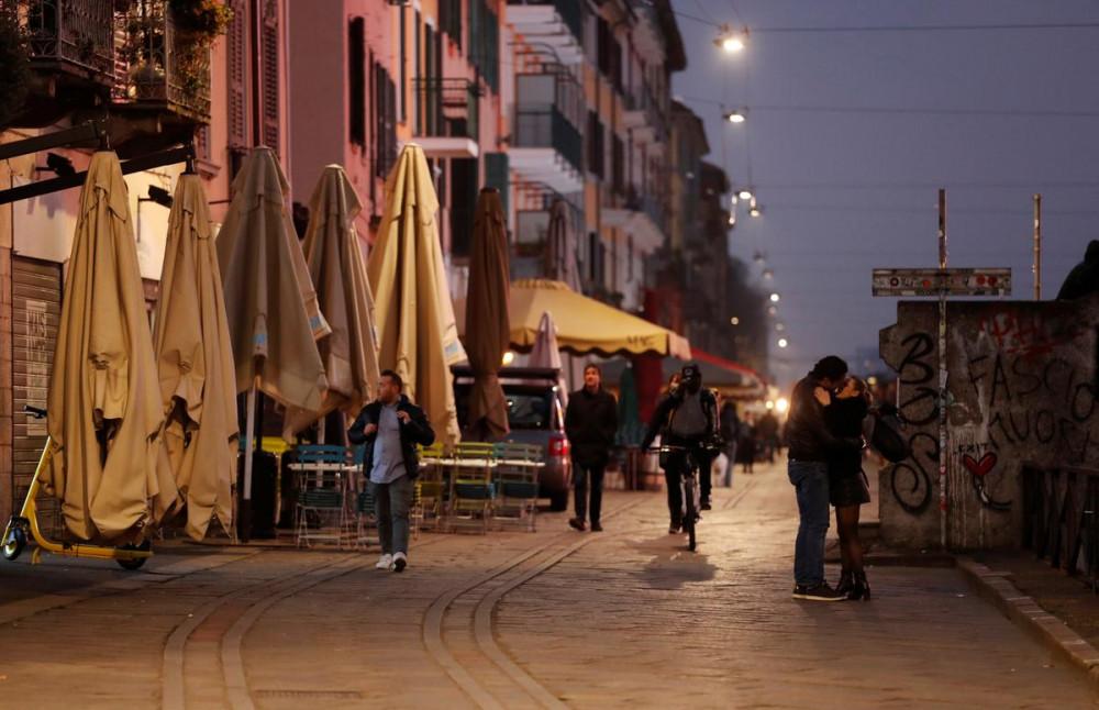 Các hàng quán trên đường phố tại Milan, Ý đóng cửa do nỗi lo về virus.