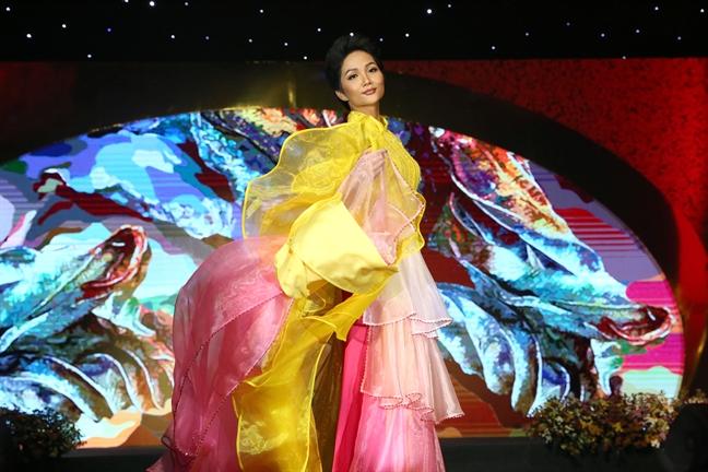 Hoa hậu H' Hen Niê diện áo dài cách tân trong đêm bế mạc Lễ hội Áo dài TPHCM lần thứ 6 - 2019.