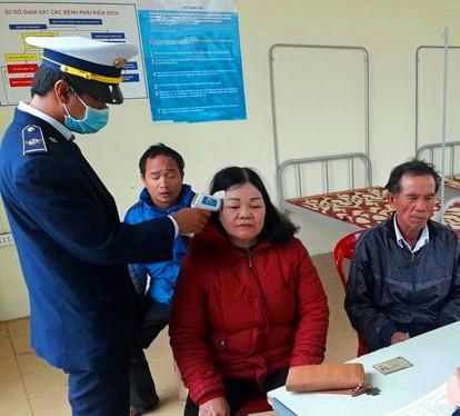 Kiểm tra thân nhiệt đối với du khách qua của khẩu Lao Bảo (Quảng Trị)