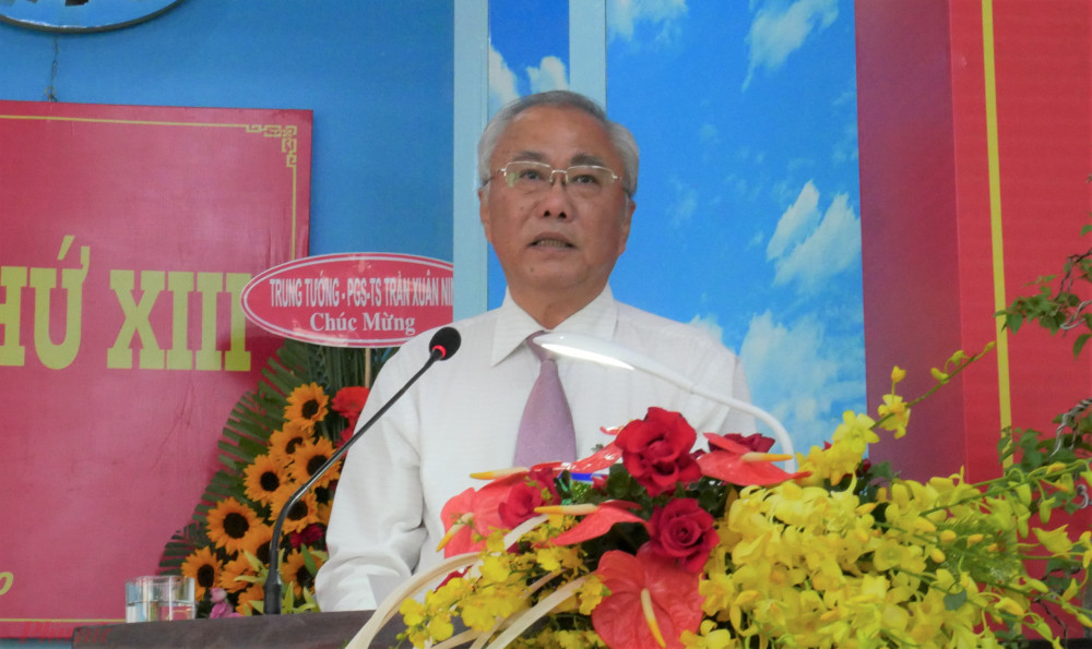 Bí thư Huyện ủy huyện Hóc Môn, ông Nguyễn Cư chúc mừng Đại hội Đảng bộ xã Tân Thới Nhì thành công.