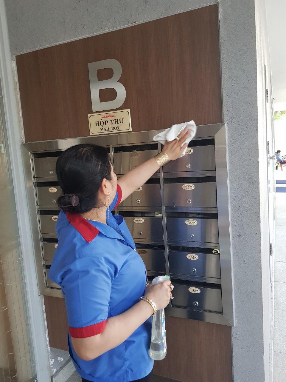 Công tác vệ sinh, khử khuẩn tại các chung cư được triển khai liên tục. Tại chung cư Starhill, công tác này diễn ra mỗi tiếng/ lần