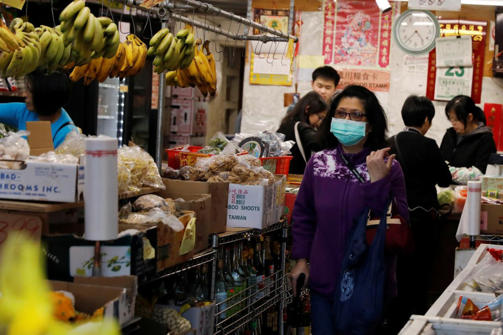 Một người ph5u nữ chọn mua thực phẩm tại khu phố Chinatown ở San Francisco hôm 25/2.