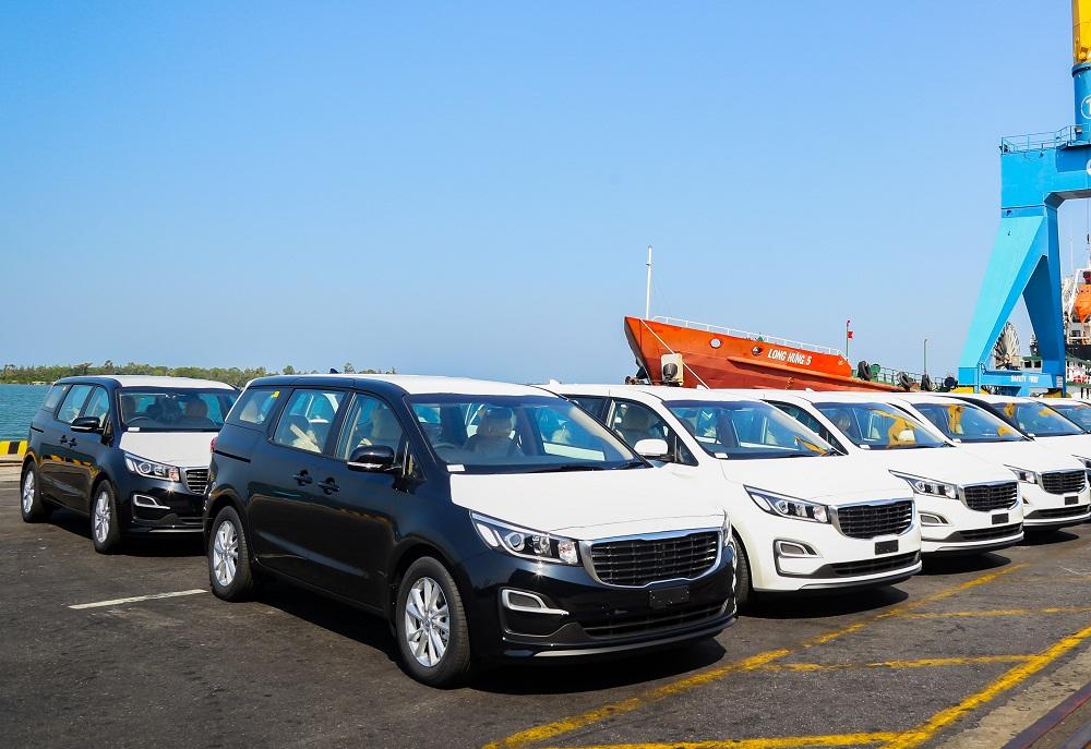Lô xe Kia Grand Carnival được đưa vào container tại Khu công nghiệp THACO Chu Lai (tỉnh Quảng Nam) để xuất khẩu sang Thái Lan