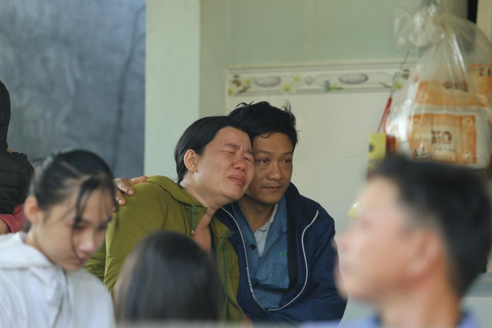 Người thân khóc nghẹn trong nỗi đau mất mát quá lớn.