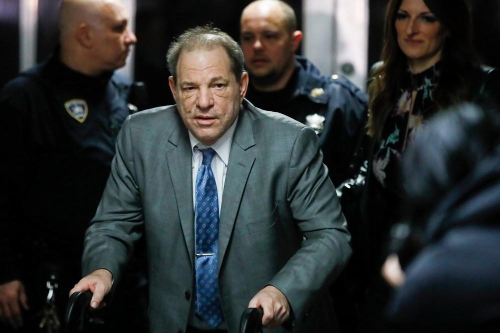 Harvey Weinstein chống nạn trong nhiều phiên xử tại toà án.