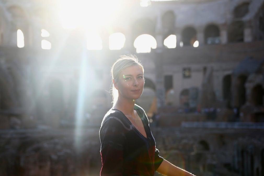 Maria Sharapova chụp ảnh chân dung bên trong Rome Colosseum tại Giải 2017 Internazionali BNL d'Italia, nơi một chấn thương ở đùi buộc cô phải dừng trận đấu vòng hai của mình và sau đó rút lui khỏi toàn bộ mùa giải sân cỏ.