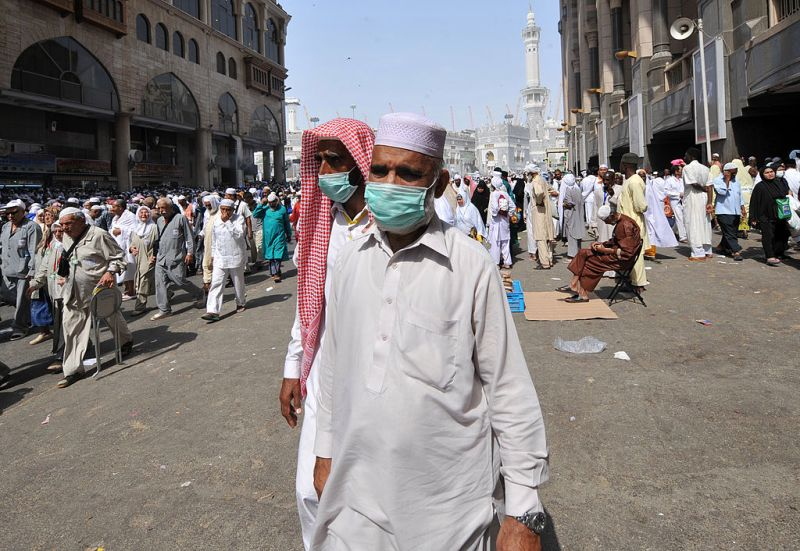 Những người hành hương Hồi giáo đeo khẩu trang rời Đại đền Mecca sau lễ cầu nguyện. Ảnh chụp lễ hành hương hajj năm 2013 - Ảnh: AFP/Getty Images