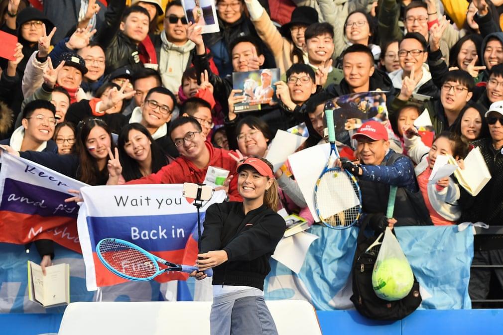 Sharapova ăn mừng bằng cách chụp ảnh tự sướng với người hâm mộ sau khi đánh bại Timea Bacsinszky trong vòng đầu tiên của WTA Thâm Quyến 2019. Đó là trận đấu đơn thứ 800 trong sự nghiệp của VĐV người Nga.